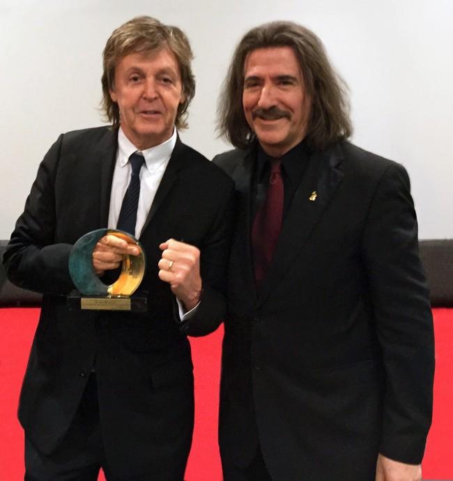 Paul McCartney recibe de Luis Cobos el reconocimiento de los artistas españoles y latinoamericanos por su dedicación y apoyo a la música, el arte y la Educación.